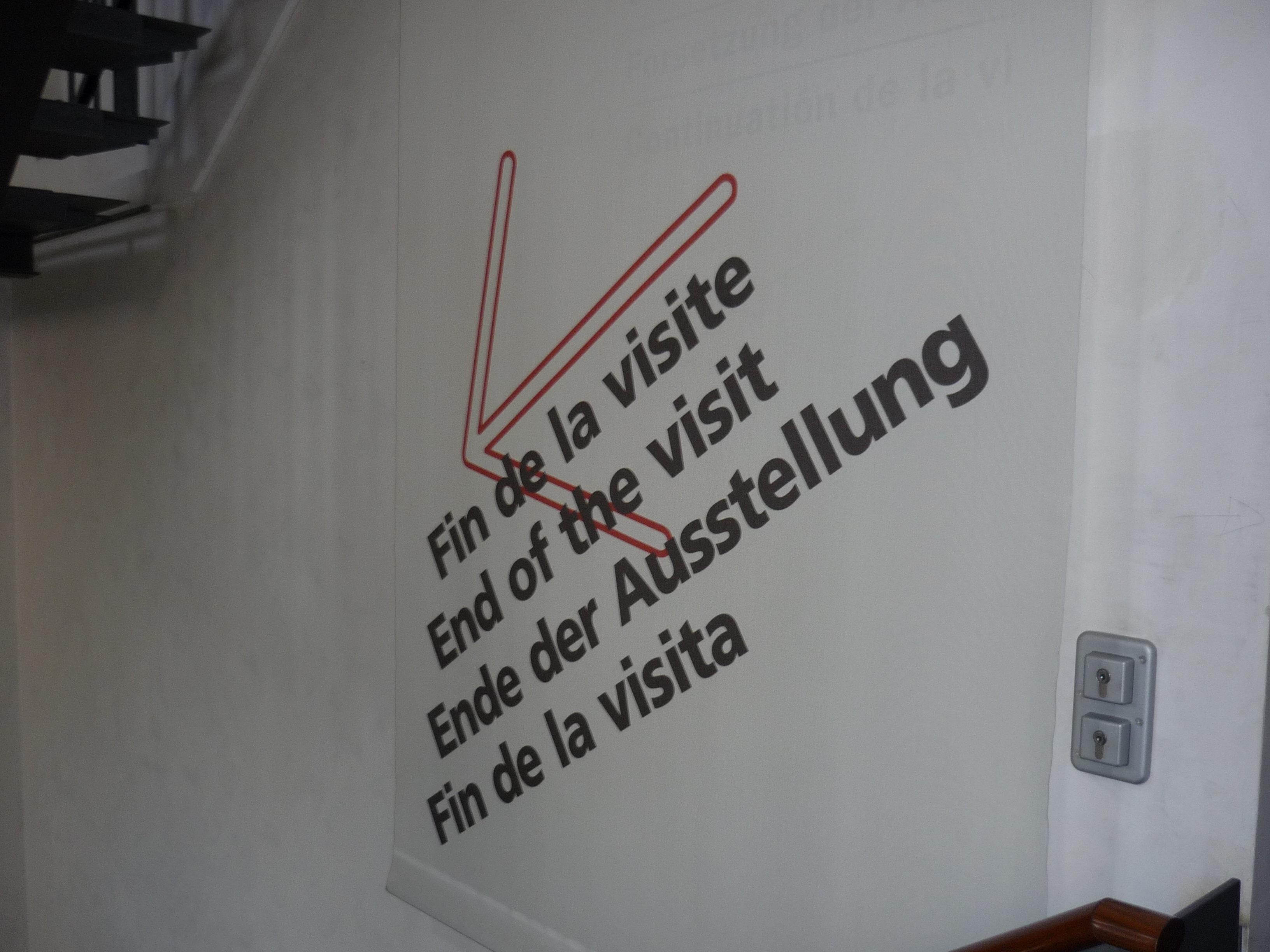 Bild mit Wegweiser: Ende der Ausstellung