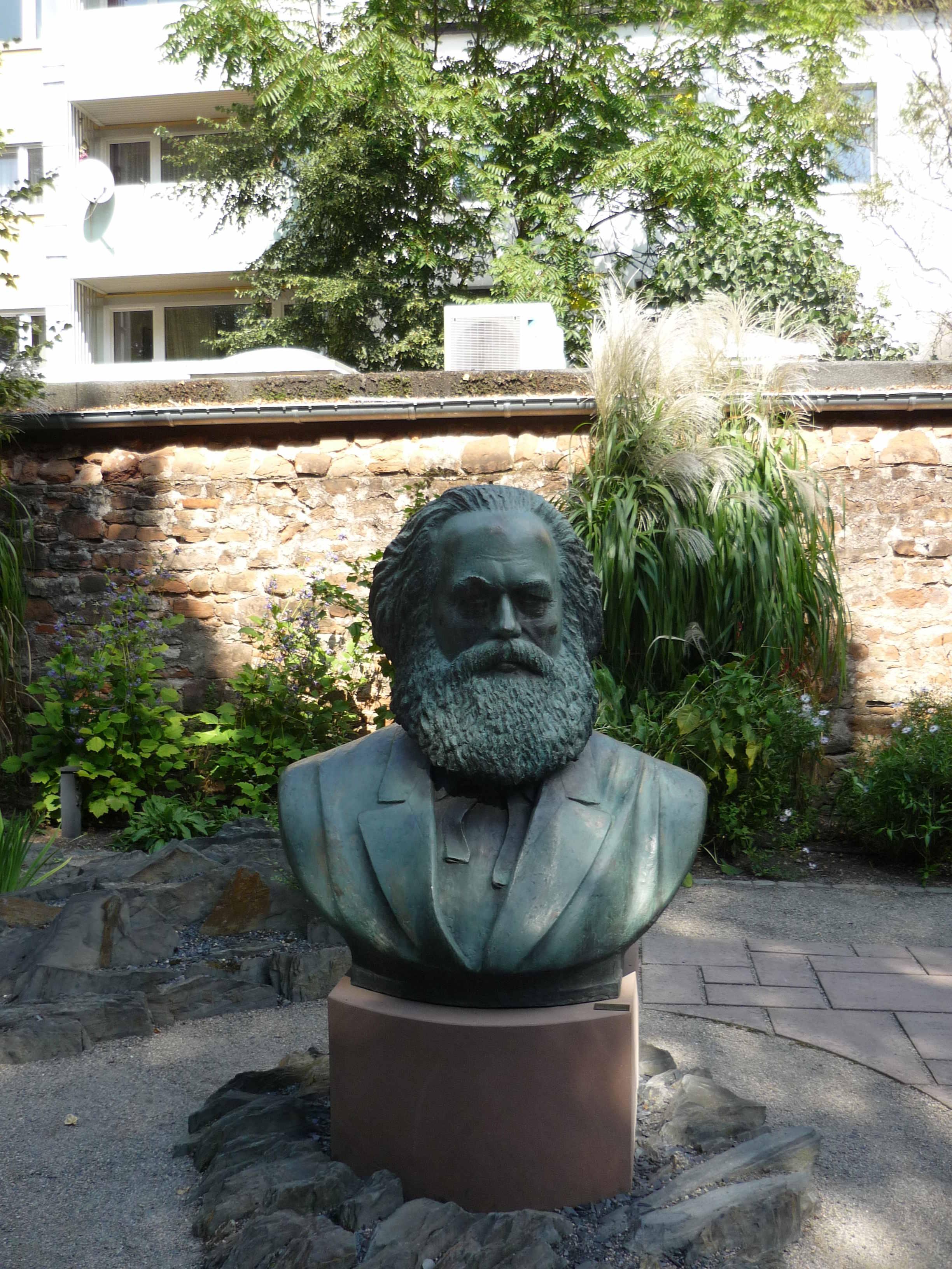 Marx Büste im Garten des Karl-Marx-Haus
