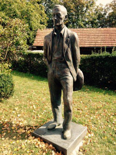 Statue von Hesse am Museum